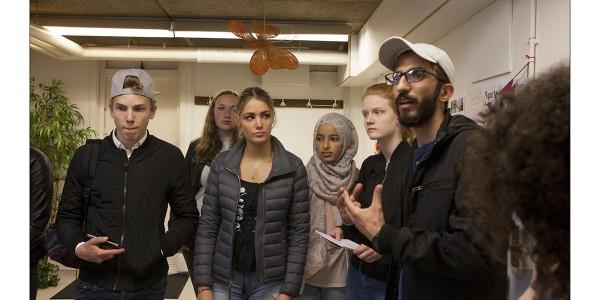 Ayham vertaalt de vragen van de leerlingen.